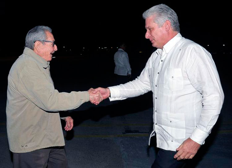 Raul Castro welcomes Diaz-Canel upon his return from Europe