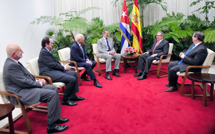 King of Spain pays courtesy visit to Raul Castro